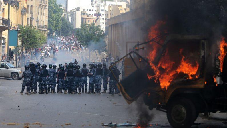 Las fuerzas de seguridad libanesas se reúnen durante los enfrentamientos con los manifestantes en el centro de Beirut el 8 de agosto de 2020, tras una manifestación contra un liderazgo político al que culpan por la explosión de un monstruo que mató a más de 150 personas y desfiguró la capital Beirut. (Foto de ANWAR AMRO/AFP vía Getty Images)