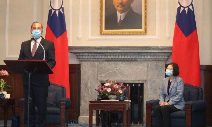 El secretario de Salud y Servicios Humanos de EE.UU. Alex Azar (i) habla mientras la presidenta de la República de China (Taiwán) Tsai Ing-wen (dcha.) lo mira durante su visita a la Oficina Presidencial en Taipei el 10 de agosto de 2020 (Pei Chen/POOL/AFP vía Getty Images)