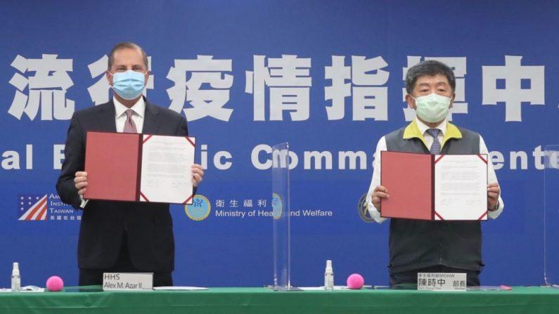 El secretario de Salud y Servicios Humanos de EE. UU. Alex Azar (I) y el ministro de Salud y Bienestar Social de Taiwán Chen Shih-chung exhiben documentos firmados en el Centro de Comando Central de Epidemias en Taipei el 10 de agosto de 2020. (Pei Chen/POOL/AFP vía Getty Images)