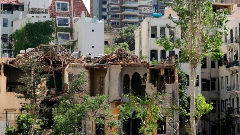 En la foto se ve un edificio tradicional muy dañado cerca del puerto de Beirut, el 10 de agosto de 2020, tras una enorme explosión química que devastó gran parte de la capital libanesa. (Foto de JOSEPH EID/AFP vía Getty Images)