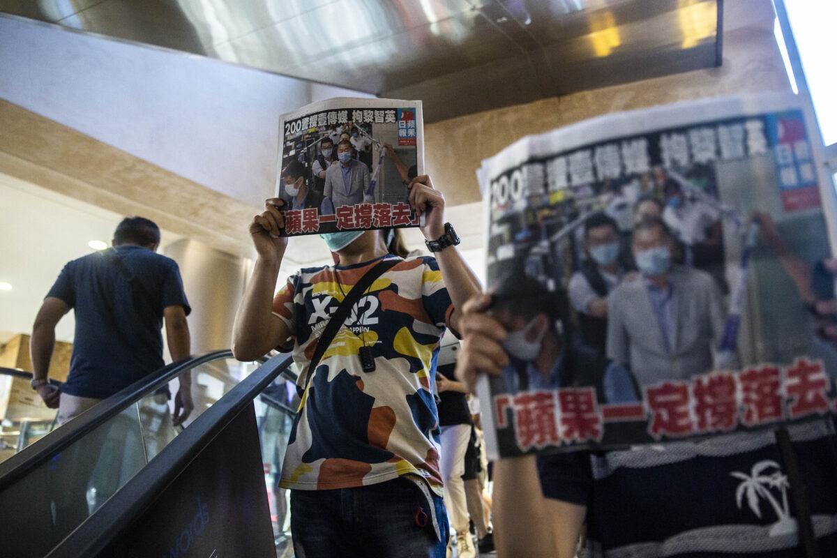 """Autoridades y medios amparados por Beijing amenazan con cerrar el diario hongkonés """"Apple Daily"""""""