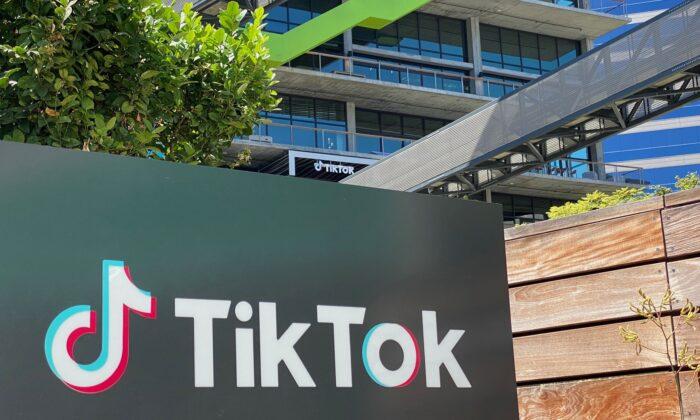 El logotipo de la aplicación china, TikTok, se ve en el costado del nuevo espacio de oficinas de la compañía en el campus C3, el 11 de agosto de 2020, en Culver City, lado oeste de Los Ángeles. (CHRIS DELMAS/AFP a través de Getty Images)