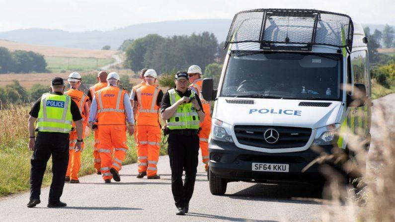 Los ingenieros de Network Rail y los oficiales de policía trabajan cerca de la escena de un accidente de tren en Stonehaven, en el noreste de Escocia, el 12 de agosto de 2020. (Foto de MICHAL WACHUCIK/AFP vía Getty Images)