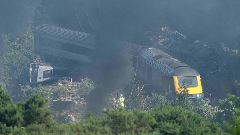 El personal de los servicios de emergencia es visto en la escena de un accidente de tren cerca de Stonehaven en el noreste de Escocia el 12 de agosto de 2020. (Foto de MICHAL WACHUCIK/AFP vía Getty Images)