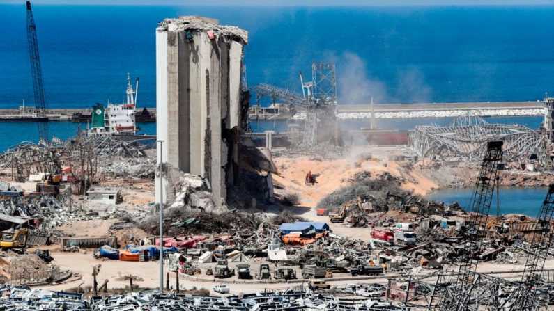 Los excavadores remueven tierra en el lugar de la explosión junto a los silos del puerto de Beirut (Líbano) el 16 de agosto de 2020, después de la explosión masiva que asoló la capital del Líbano. (Foto de ANWAR AMRO/AFP vía Getty Images)