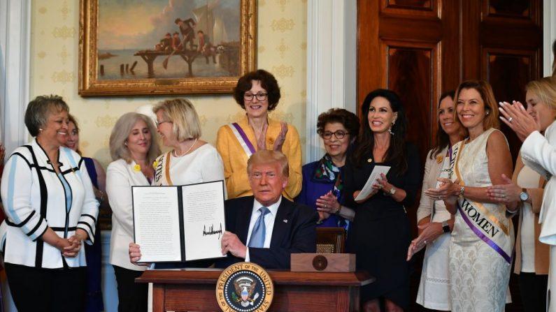 El presidente de Estados Unidos, Donald Trump, participa en la firma de una proclamación en el centenario de la ratificación de la 19ª Enmienda durante un evento en el Salón Azul de la Casa Blanca en Washington el 18 de agosto de 2020. (Mandel Ngan/AFP vía Getty Images)