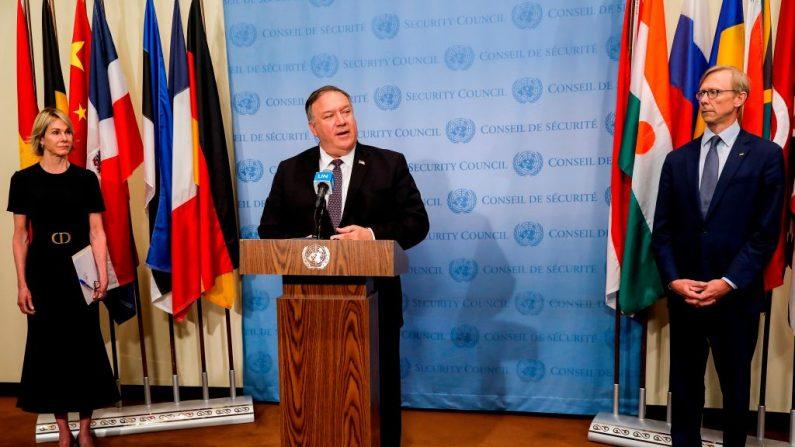 El Secretario de Estado de EE.UU., Mike Pompeo, aparece flanqueado por la embajadora de EE.UU. ante las Naciones Unidas, Kelly Craft, y el representante especial de EE.UU. para Irán, Brian Hook, mientras habla con los periodistas tras una reunión con los miembros del Consejo de Seguridad de la ONU el 20 de agosto de 2020. (MIKE SEGAR/POOL/AFP vía Getty Images)
