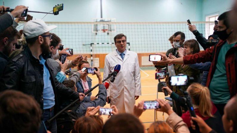 Alexandr Murakhovsky, médico jefe del Hospital de Emergencia No. 1 de Omsk, donde Alexéi Navalni fue admitido después de caer enfermo en lo que su portavoz dijo que era una sospecha de envenenamiento, habla a los medios de comunicación en Omsk el 21 de agosto de 2020. (Foto de DIMITAR DILKOFF/AFP vía Getty Images)