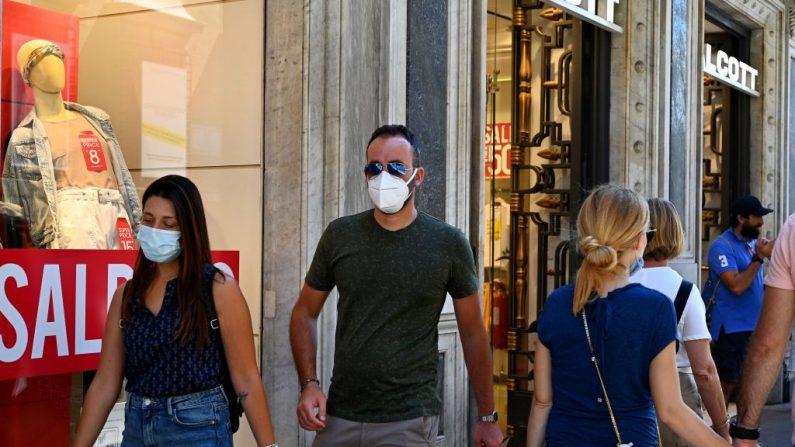Personas con máscara facial caminan por la calle comercial principal de Via del Corso el 20 de agosto de 2020 en Roma (Italia) durante la infección COVID-19, causada por el virus del PCCh. (Foto de VINCENZO PINTO/AFP vía Getty Images)