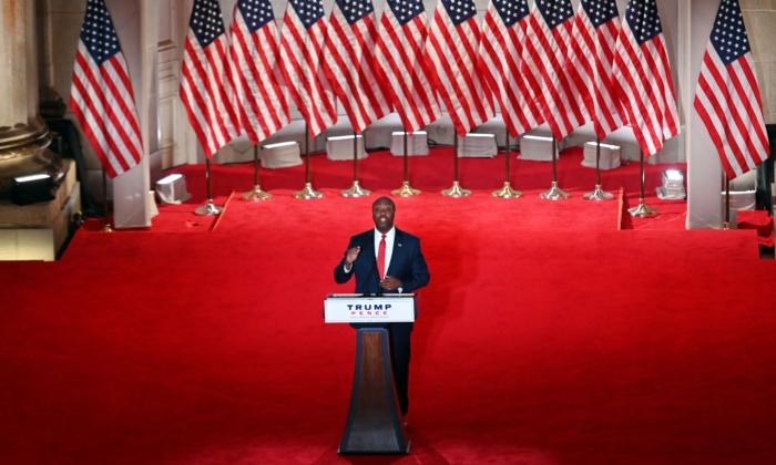 El senador republicano por Carolina del Sur Tim Scott habla durante el primer día de la convención republicana en el auditorio Mellon en Washington, D.C., el 24 de agosto de 2020. (Olivier DOULIERY/AFP via Getty Images)