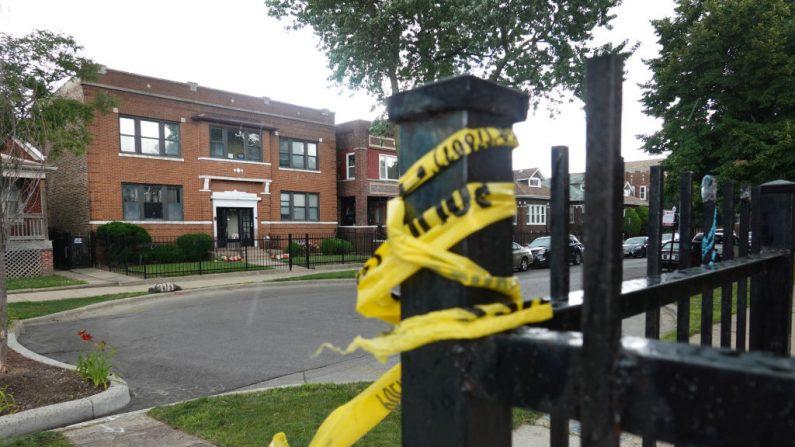 La cinta de la escena del crimen permanece en una cerca, próxima a la funeraria Rhodes en el vecindario de Auburn Gresham, el 22 de julio de 2020 en Chicago, Illinois. (Scott Olson/Getty Images)