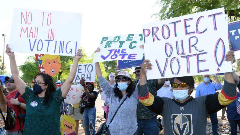 Personas protestan contra la aprobación de un proyecto de ley de voto por correo durante una manifestación del partido republicano de Nevada en el Grant Sawyer State Office Building el 4 de agosto de 2020 en Las Vegas, Nevada. (Ethan Miller/Getty Images)