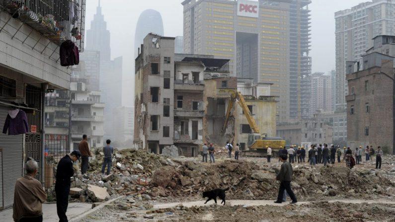 Imagen de archivo de trabajadores que demuelen un grupo de casas en la aldea de Yangji, ciudad de Guangzhou al sur de China, el 21 de marzo de 2012. (STR/AFP/Getty Images)
