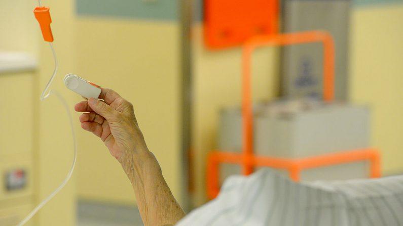 Un paciente anciano yace en una cama del hospital Unfallkrankenhaus Berlin (UKB) en el distrito de Marzahn el 17 de junio de 2013 en Berlín, Alemania.  (Foto de Theo Heimann/Getty Images)