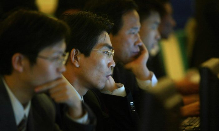 Funcionarios chinos navegan por Internet en Beijing, China, el 14 de marzo de 2004. (FREDERIC J. BROWN/AFP/Getty Images)