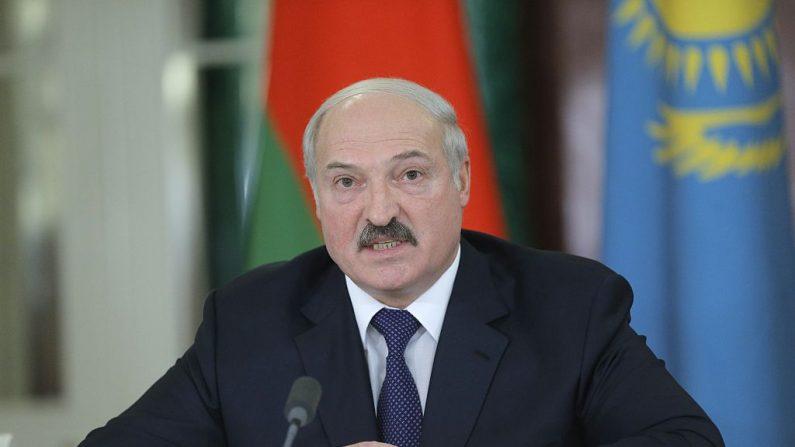 El líder de Bielorrusia, Alexandr Lukashenko, habla durante una conferencia de prensa después de la reunión del Consejo Económico Supremo Euroasiático en el Kremlin de Moscú (Rusia) el 23 de diciembre de 2014. (MAXIM SHIPENKOV/AFP vía Getty Images)