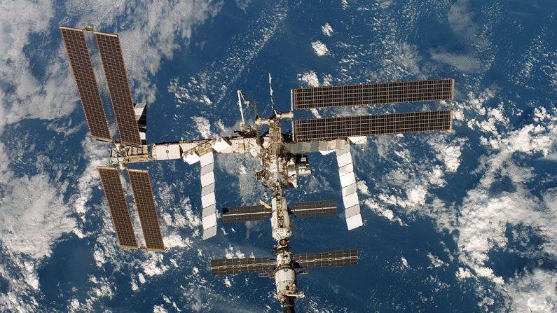 En este folleto de la NASA, la Estación Espacial Internacional se ve desde el Transbordador Espacial Discovery después de desacoplarse de la estación el 19 de diciembre de 2006 en órbita alrededor de la Tierra. (Foto de la NASA vía Getty Images)