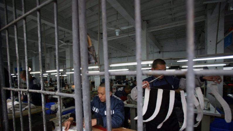 Los reclusos trabajan en un taller de costura en una prisión el 7 de marzo de 2008 en el municipio de Chongqing, China. (China Photos/Getty Images)