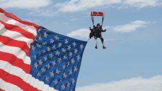 Exboina verde con doble amputación se lanza en paracaídas llevando una bandera gigante de EE.UU.