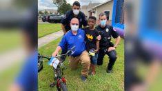 Policía y residentes de Conway le regalan una bicicleta a un niño luego de que le robaran la suya