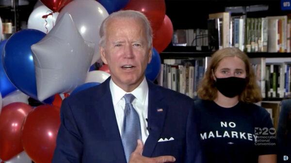 El exvicepresidente Joe Biden, candidato demócrata a la presidencia, da un discurso de agradecimiento con sus seguidores durante la Convención Nacional Demócrata virtual 2020, el 18 de agosto de 2020. (Folleto/DNCC vía Getty Images)