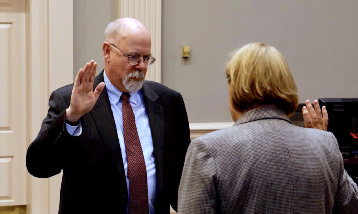 John Durham hace juramento como fiscal de Estados Unidos para el Distrito de Connecticut ante la juez principal de Distrito de EE. UU., Janet C. Hall, en New Haven, Connecticut, el 22 de febrero de 2018. (Cortesía de la Oficina del Fiscal de los Estados Unidos para el Distrito de Connecticut)