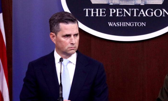El Comandante del Comando Central de los Estados Unidos y Asistente del Secretario de Defensa para Asuntos Públicos, Jonathan Hoffman, participa en una sesión informativa para la prensa en el Pentágono en Arlington, Virginia, el 30 de octubre de 2019. (Alex Wong/Getty Images)