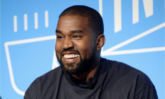"""Kanye West habla en el escenario de """"Kanye West y Steven Smith en conversación con Mark Wilson"""" en Nueva York el 7 de noviembre de 2019. (Brad Barket/Getty Images para Fast Company)"""