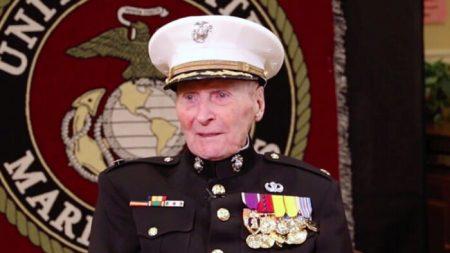 El veterano más antiguo de la Marina cumplió 105 años saludando al público desde su caminadora.