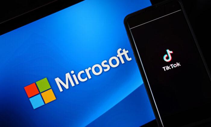 Foto ilustrativa de un teléfono móvil con la aplicación TikTok junto al logo de Microsoft el 3 de agosto de 2020 en la ciudad de Nueva York. (Cindy Ord/Getty Images)