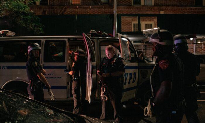 Oficiales de policía de Nueva York en el vecindario de Crown Heights en Brooklyn, Nueva York, el 3 de junio de 2020 (Scott Heins/Getty Images)