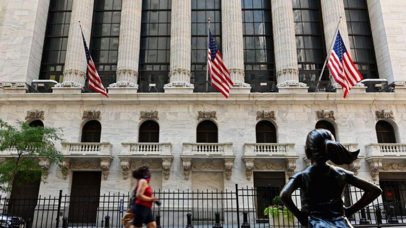 La gente pasa por la Bolsa de Valores de Nueva York (NYSE) en Wall Street en la ciudad de Nueva York el 3 de agosto de 2020. (ANGELA WEISS/AFP vía Getty Images)