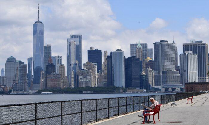 El horizonte de Manhattan es visible en la distancia mientras un hombre visita Governors Island en la ciudad de Nueva York, el 15 de julio de 2020 (ANGELA WEISS/AFP a través de Getty Images)