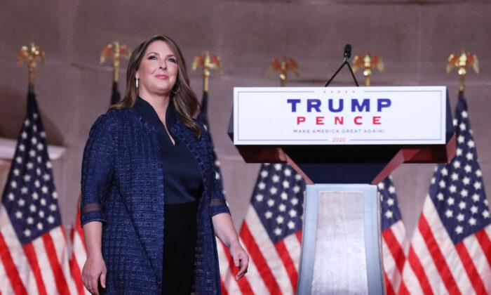 La presidenta del Comité Nacional Republicano de Estados Unidos, Ronna McDaniel, en el escenario mientras se dirige a la Convención Nacional Republicana en el Auditorio Mellon en Washington, el 24 de agosto de 2020. (Chip Somodevilla/Getty Images)