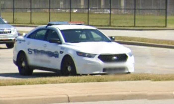 """Niño de 12 años acepta que un oficial lo ayude en su puesto de limonada: """"Confío en los policías"""""""