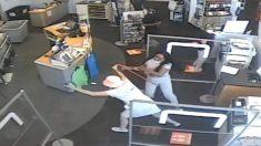 Arrestan a una mujer por atacar a cliente de una tienda que le pidió que usara su mascarilla