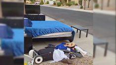 """Padre regala todas las pertenencias de su hijo adolescente por """"robar"""" el auto para dar un paseo"""