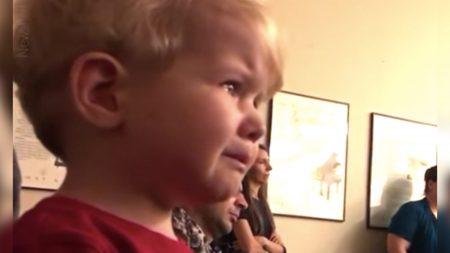 Niño pequeño llora de emoción al escuchar Sonata Claro de Luna de Beethoven en recital de su hermana