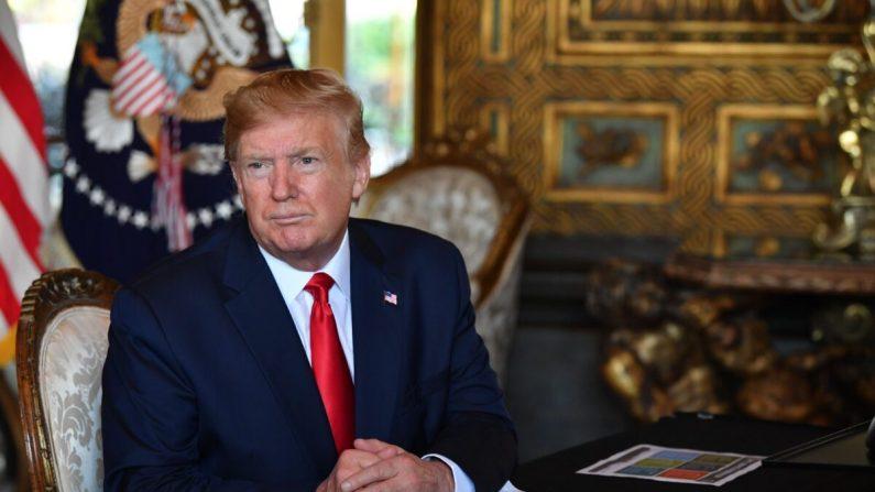 El presidente Donald Trump responde a las preguntas de los periodistas en la finca Mar-a-Lago en Palm Beach, Florida, el 24 de diciembre de 2019. (Nicholas Kamm/AFP/Getty Images)