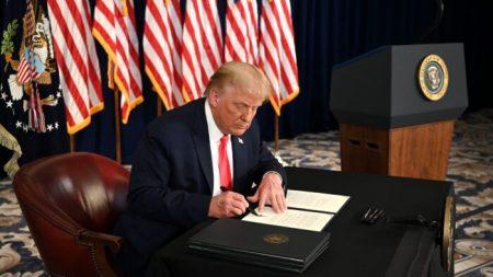 Trump toma medidas ejecutivas para brindar un pago de desempleo mejorado y reducido
