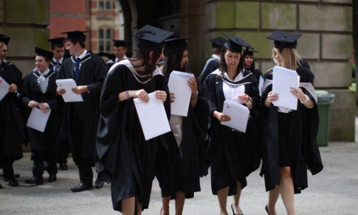 Estudiantes de la Universidad de Birmingham en su graduación el 14 de julio de 2011. (Christopher Furlong/Getty Images)