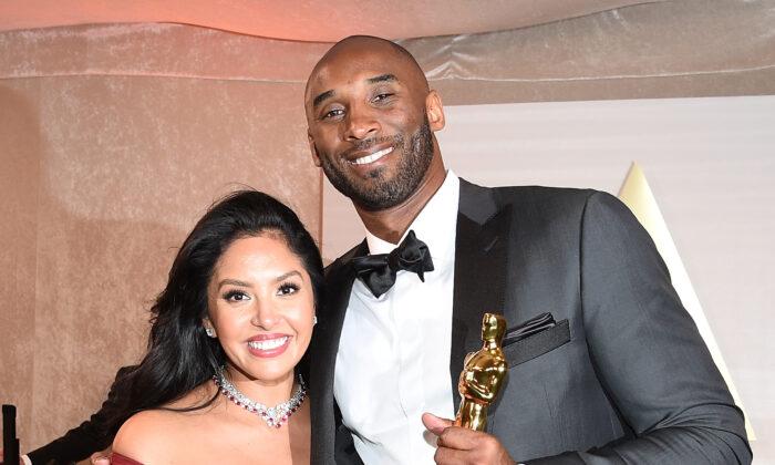 El jugador de baloncesto, Kobe Bryant (der.), sostiene un Oscar junto a su esposa, Vanessa Laine Bryant, durante la 90° Entrega Anual de los Premios de la Academia en Hollywood, California, el 4 de marzo de 2018. (Angela Weiss/AFP a través de Getty Images).