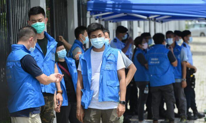 La policía de Hong Kong rodea la sede del periódico local Apple Daily el 10 de agosto de 2020. (Song Bilong/The Epoch Times)