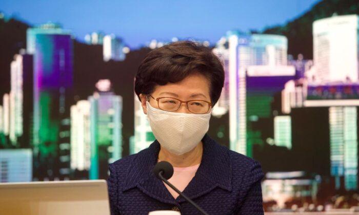 La líder de Hong Kong Carrie Lam anuncia el aplazamiento de las elecciones al Consejo Legislativo de la ciudad en una conferencia de prensa el 31 de julio de 2020. (Yu Gang/The Epoch Times)