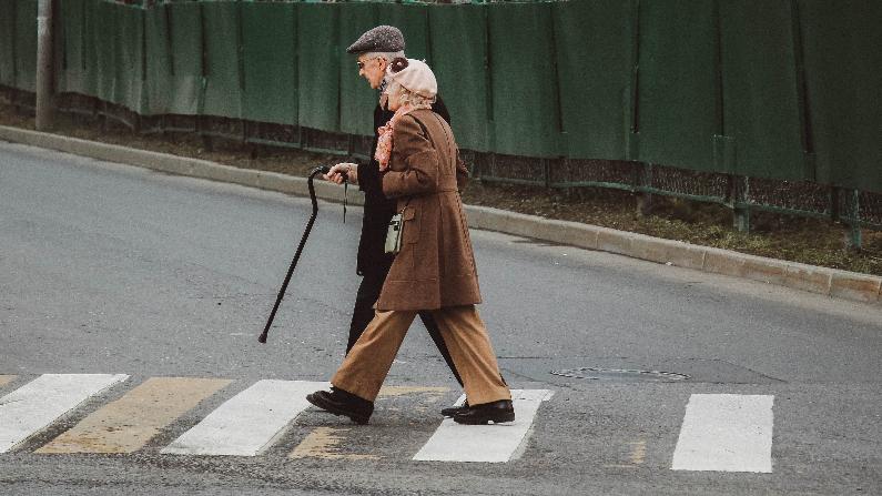 Foto de archivo de una pareja de ancianos. (Piqsels/Creative Commons CCO )