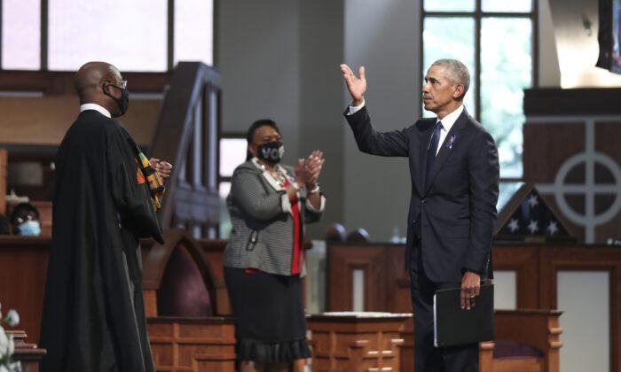 El expresidente Barack Obama hace un gesto después de hablar durante el servicio fúnebre del difunto representante John Lewis (D-Ga.) en la Iglesia Bautista Ebenezer de Atlanta el 30 de julio de 2020. (Alyssa Pointer/Pool/Getty Images)