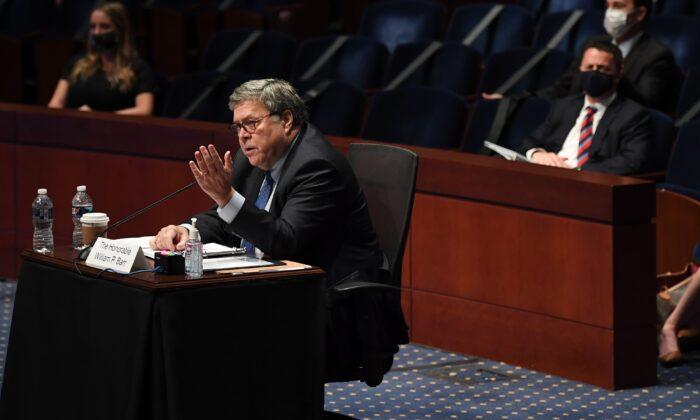 El fiscal general William Barr testifica ante la audiencia del Comité Judicial de la Cámara de Representantes en el Auditorio del Congreso en el Centro de Visitantes del Capitolio de Estados Unidos en Washington el 28 de julio de 2020. (MATT MCCLAIN/POOL/AFP vía Getty Images)