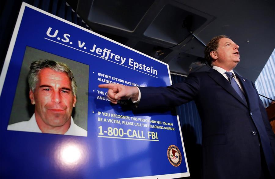 Demuelen la mansión en Florida del magnate Jeffrey Epstein