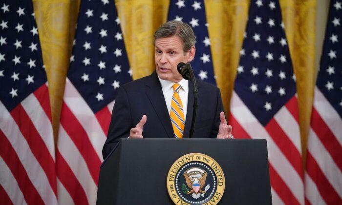 El gobernador de Tennessee Bill Lee habla en la Casa Blanca en Washington el 30 de abril de 2020. (Mandel Ngan/AFP vía Getty Images)