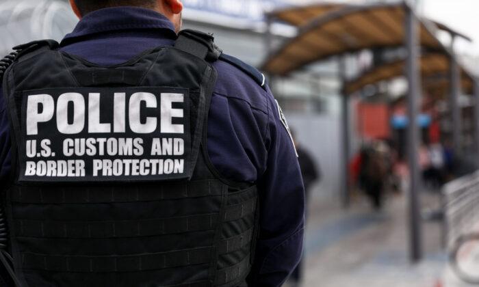 Agentes de Aduanas y Protección Fronteriza revisan a los peatones cuando salen de México hacia la zona aduanera de Estados Unidos en el lado este del puerto de entrada de San Ysidro en Tijuana, México, el 19 de noviembre de 2018. (Charlotte Cuthbertson/The Epoch Times)